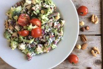 Rauwe broccoli salade met noten en yoghurt dressing