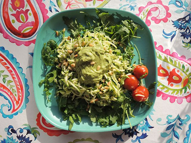 Recept: Courgette-spaghetti met avocadosaus