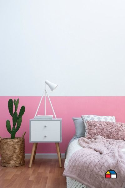 A veces con poco podemos hacer mucho. Con este simple toque de color crearemos una habitación perfecta que no solo se destacará por su estilo, sino que te permitirá mantener limpia la habitación de los chicos al cambiar el blanco por otro color. Descubrí las Pinturas Kölor y elegí entre más de 1.500 colores. Encontralas en nuestros locales y en Sodimac.com.ar Nightstand, Decor Ideas, Table, Furniture, Home Decor, Tinkerbell, Paint Wall Design, House Decorations, Pop Of Color