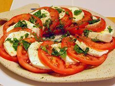 Ensalada de mozzarella y tomate es una receta para 4 personas, del tipo Entrantes, de dificultad Muy fácil y lista en 15 minutos. Fíjate cómo cocinar la receta. ingredientes - 200 g mozzarella fresca - 4 tomates grandes - 1 cucharada albahaca picada - 1 vasito aceite de oliva - 1 cucharada vinagre - pimienta - sal