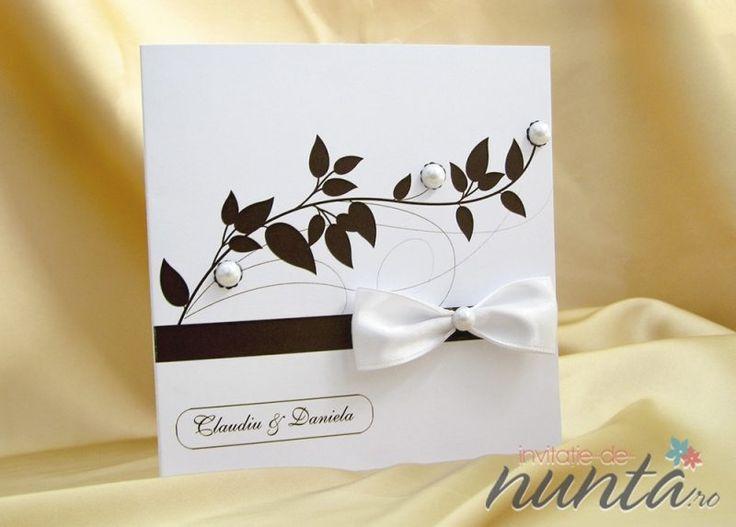 Invitatie de nunta alba cu funda si perle. Perlute fine, model floral si o fundita delicata din satin alb, intr-un design elegant de invitatie.