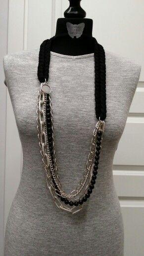 Collana con fettuccia in cotone nero, catene color argento e perle nere.