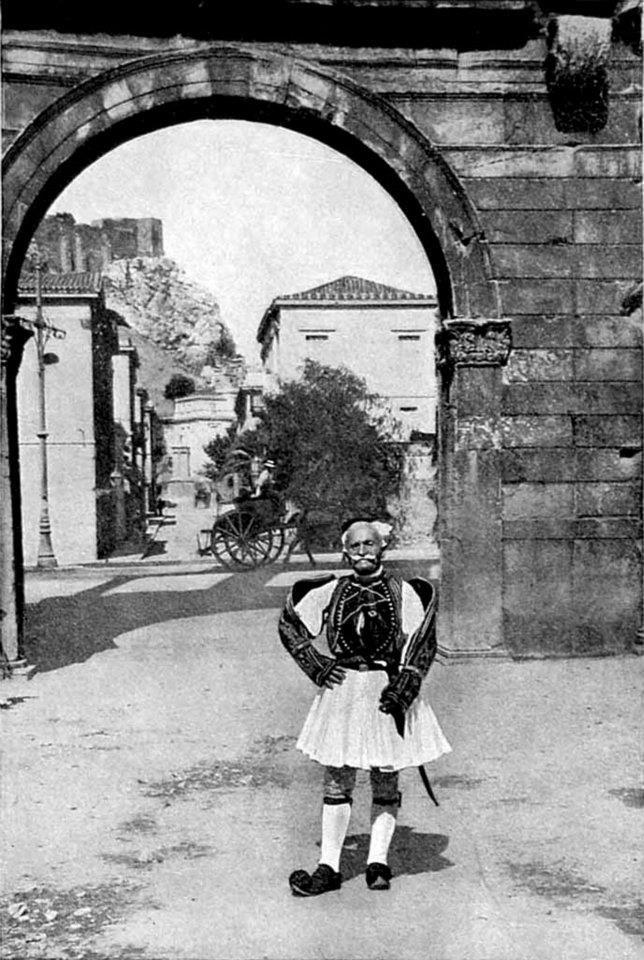 1920 ~ Φουστανελάς ξιφοφόρος στην Πύλη του Αδριανού. (Φωτογραφία του C. Uchter Knox, Βρετανού πολιτικού 1856 ~ 1933).