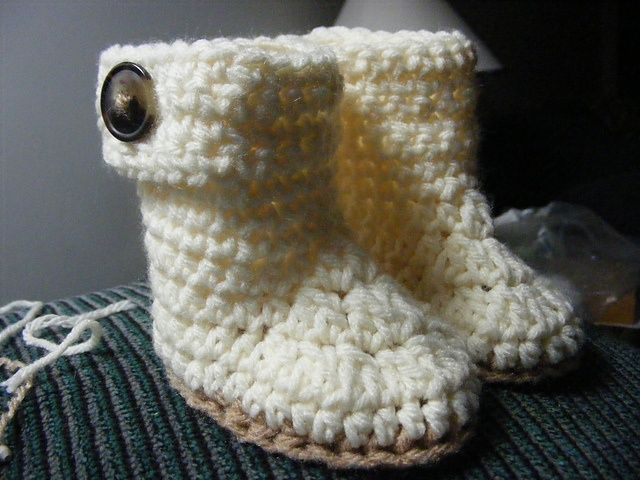 Free Crochet Baby Booties Pattern..