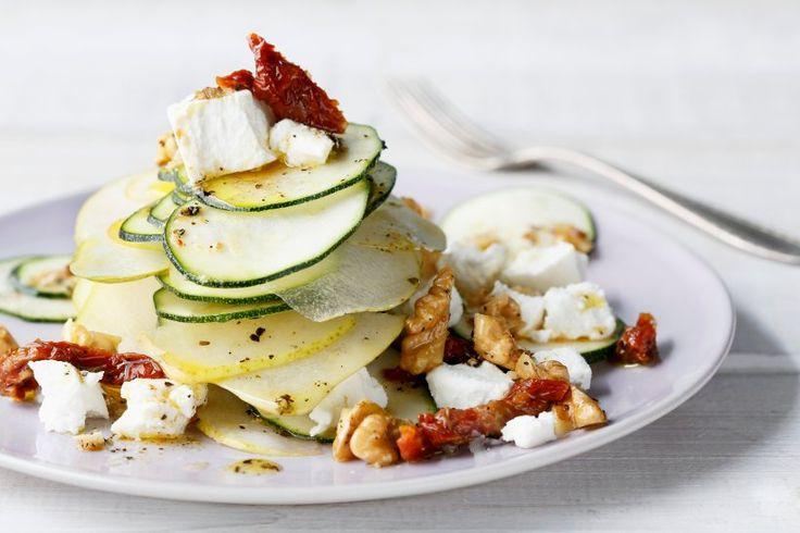 Zucchini und Birnen ergänzen sich wunderbar zu einem aromatischen Salat, der mit cremigen Ziegenfrischkäse und Walnusskernen eine edle Note erhält.