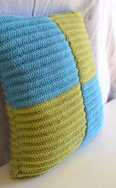 Unn tuto simple pour faire un coussin au crochet. Accessible aux débutantes qui se lancent dans le crochet!
