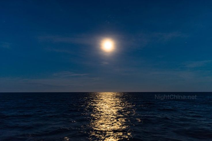 """海上升明月2017年11月4日 由于科考任务,中秋节只能在海上度过,饭后看到一轮明月由海而升,不经感慨,这恐怕是张九龄也没有看过的""""海上升明月,天涯共此时""""吧!  汗青,2017年10月4日摄于中国南海北部海域。索尼A7ii + 适马 24mm,f/1.4,ISO 250,曝光1/3秒。"""