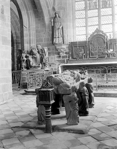 Ville : Locronan 29 Tombeau de saint Ronan Eglise Saint-Ronan ; Chapelle du Penity Auteur : Perdreau, J.   Ministère de la Culture (France) - Médiathèque de l'architecture et du patrimoine - diffusion RMN