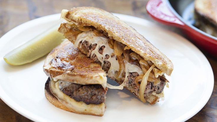 Nálunk Amerika és a szendvics hallatán mindenki egyből a hamburgerre asszociál - pedig bőven van más, nagyszerű szendvics csoda is a nagy víz túloldalán. A Patty Melt is egy ilyen, itthon alig ismert tünemény - megéri elkészíteni, mert minden húsimádó ismerősünk meg fog veszni érte!
