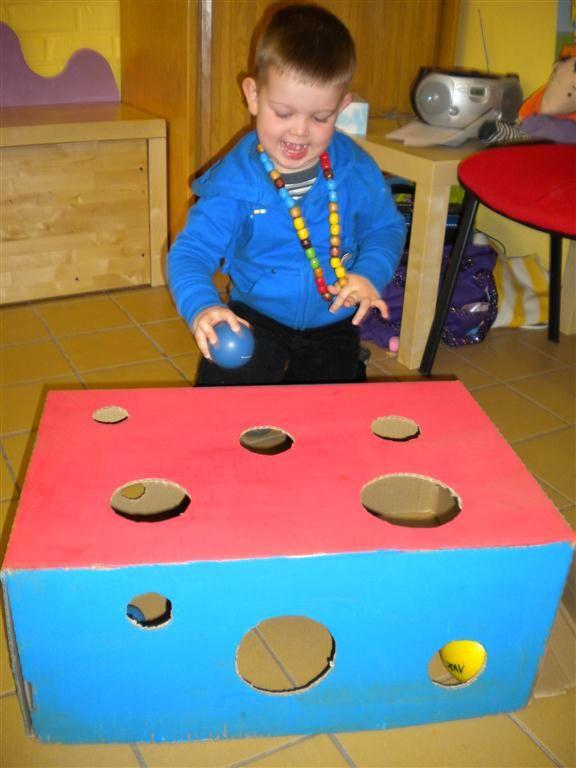 Welke bal past wel, en welke niet? Kinderen leren spelenderwijs ruimtelijk inzicht te krijgen. Verf de doos samen met de kinderen! Verzamel zoveel mogelijk verschillende ballen bij elkaar van groot naar klein. Daarna de gaten in de verschillende maten maken.