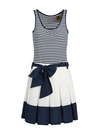 Totally cute! With a cute pair of white flats and a bright red clutch. Throw-in the beach/shore - and the outfit will be perfect!