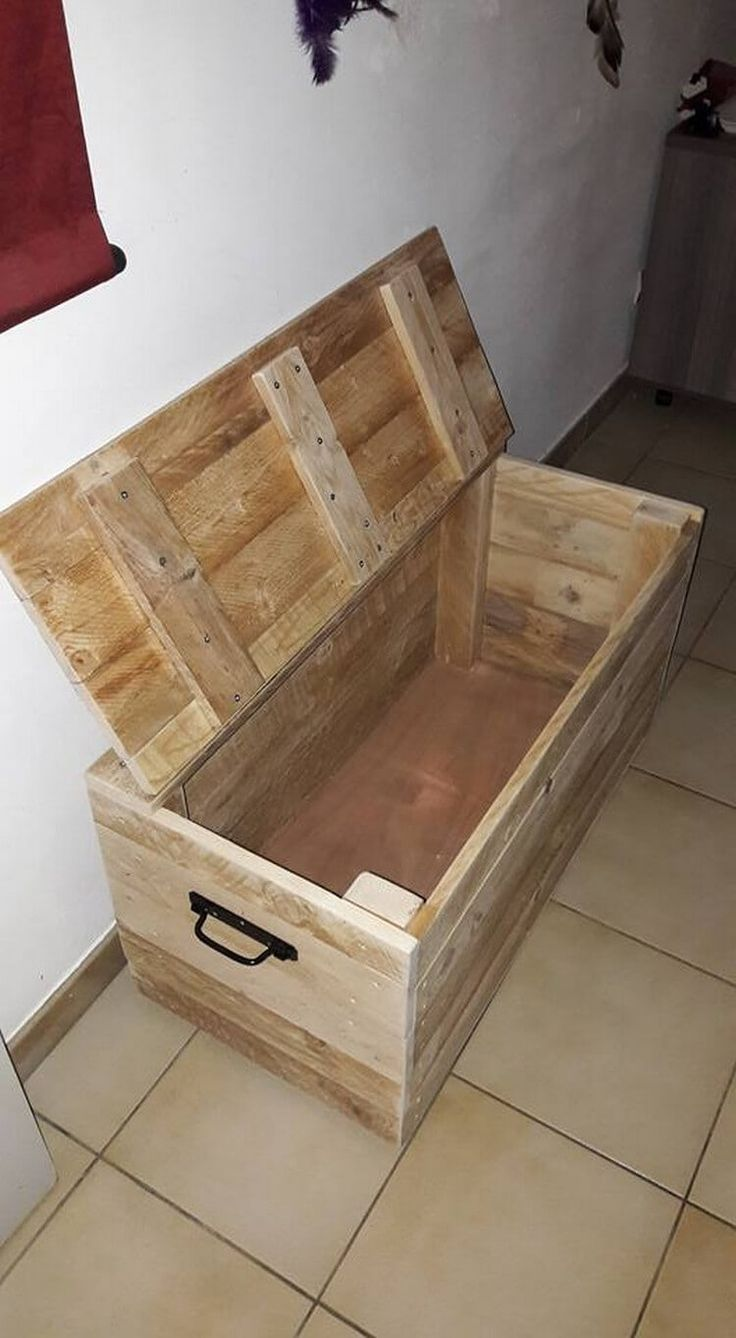 You will encounter that in this designing creation of the toy storage set, the side portions of the creation has been enclosed with the steel handles. This makes it easy for you to move it without any hard efforts. Wood pallet use in creation of toy storage box will protect the box from facing any sort of damage or cracks.