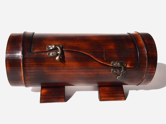 Esta caja de hermosas joyas es hecho a mano con pasión y gran atención a los detalles en nuestro taller de bambú natural fuego curado.  ► Información: • tamaño/aproximadamente /: 12-14(30-35cm) largo x ø4-5(10-12cm)  También se podría añadir grabado personalizado (preguntar sobre eso).  ► nos avisa si quieres que tu regalo artículo envuelto - podemos regalo envolver el elemento resistente y saco de lona de algodón con marca. Usted puede pedir aquí: http://etsy.me/1MGO...