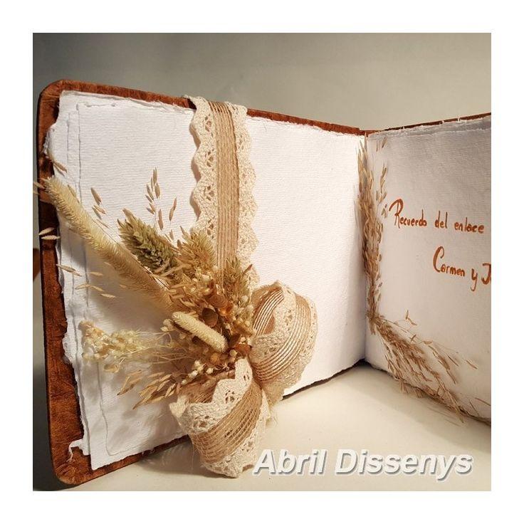 El Libro de firmas para boda y eventos. Uno de nuestros complementos de boda. Los Libros de firmas de papel acuarela, decorado con flores secas.