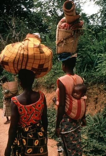 Africa |Mangbetu woman carrying plaited basket and woven mat, near Isiro, Congo (Democratic Republic) |©Eliot Elisofon. 1970