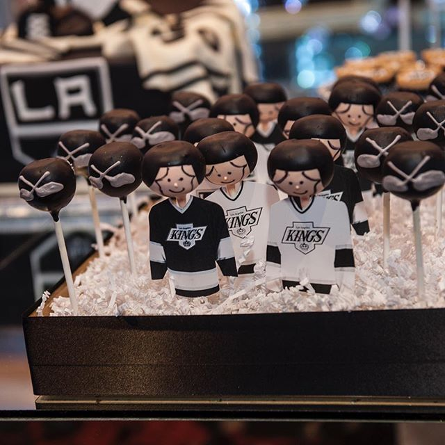 ⚫️LA Kings Player Cake Pops! How adorable are these cake pops! Yes we can make any custom jersey @dandysweetscouture thanks for your help babe😘#lakings#king#hockey#sporty#love#Igers#fun#chocolatepops#cakepops#jersey#chocolate#sweets#love#events#sweet#favors#instafood#instalike#Yum#chocolatepopsbyalice#instasweet#instagood#instalove#instamood#instadaily#happy