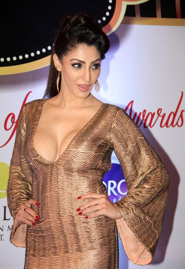 Reyhna Malhotra Sexy Cleavage Show At The 8th ZEE TV Gold Awards 2015…
