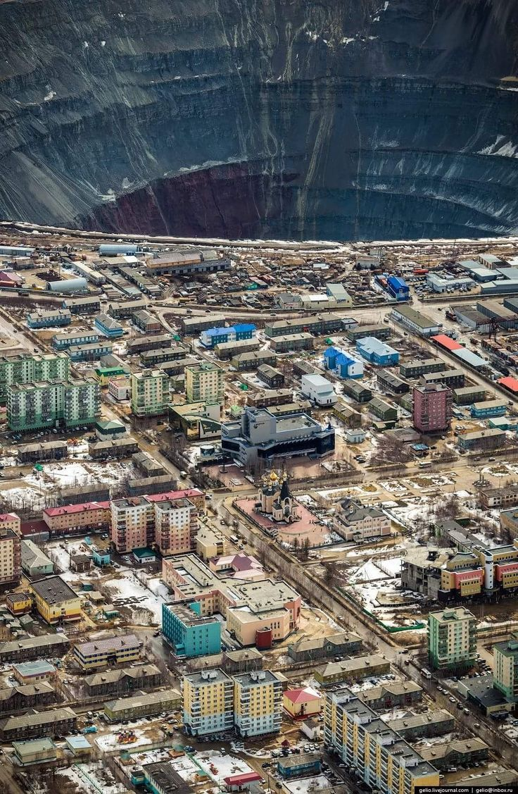 Mina Mirny. Mina de diamantes, a cielo abierto, ubicada en la República de Saja, Rusia. Tiene 525 m de profundidad y 1200 m de diámetro.  https://masterok.livejournal.com/1908605.html