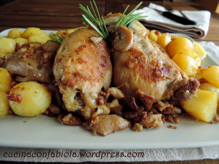 Pollo Nigella, ricetta tratta dall'omonima giornalista e food blogger, semplice e gustosa : pollo con pancetta, funghi e patate cotte con il vino http://cucinaconfabiola.wordpress.com/2014/07/03/pollo-nigella/#more-901