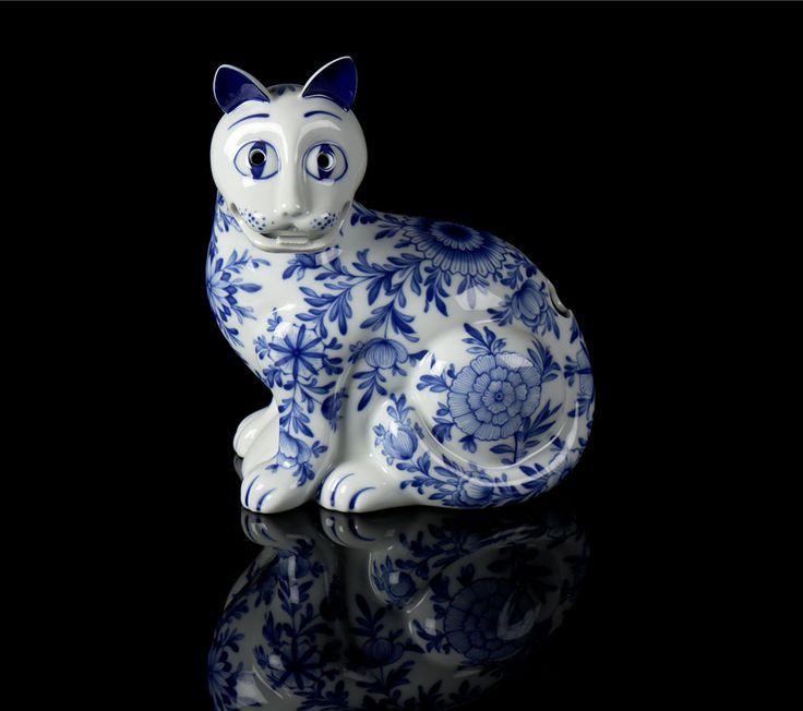 Gato Rockfeller, escultura em porcelana da Vista Alegre. Decoração a azul com motivos florais. Com marcas, incisa e a decalque.