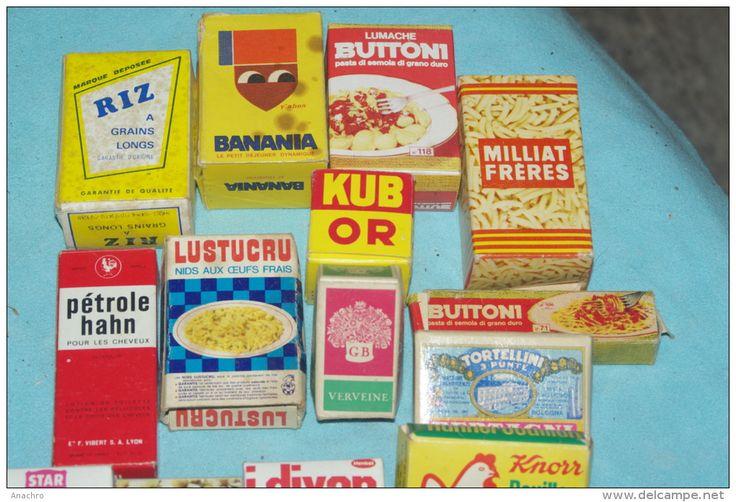 De petites boîtes en carton avec les marques de l'époque pour jouer à la marchande
