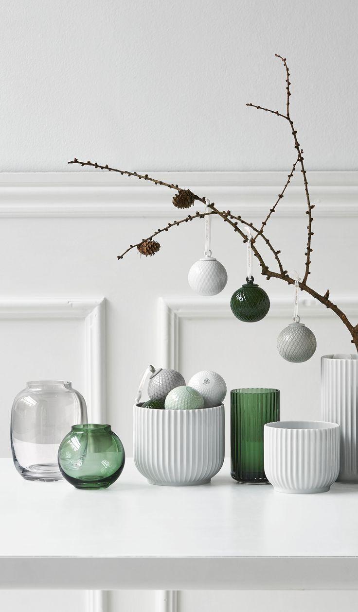 """Det enkle, udtryksfulde """"Rhombe-mønster"""" på pynten fra Lyngby Porcelæn passer perfekt ind i den moderne skandinaviske jul, hvor det skarptskårne relief træder frem som en smuk grafisk detalje på den blanke glasur.  #inspirationdk #DanskDesign #lyngbyporcelæn #Rhombe #Rhombejulekugle #Christmas"""