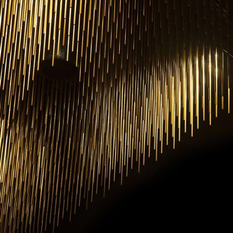 El increíble techo del salón Dorado de la Finca Montesqueiro está formado por 85.000 varillas doradas formando las ondas que crean la apariencia de éste salón. Diseño por mas·arquitectura