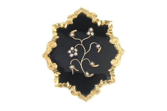 A late Victorian 9ct gold enamel and split pearl memorial brooch. The black…