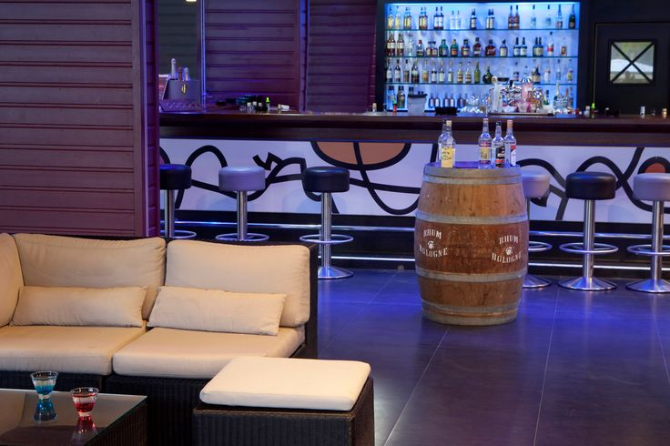 Le Bar la Rhumerie vous acceuille pour des Cocktails mais aussi des Ti punch comme ils en ont le secret. Venez découvrir toute la chaleur des Caraïbes à la Créole Beach Hotel & Spa.