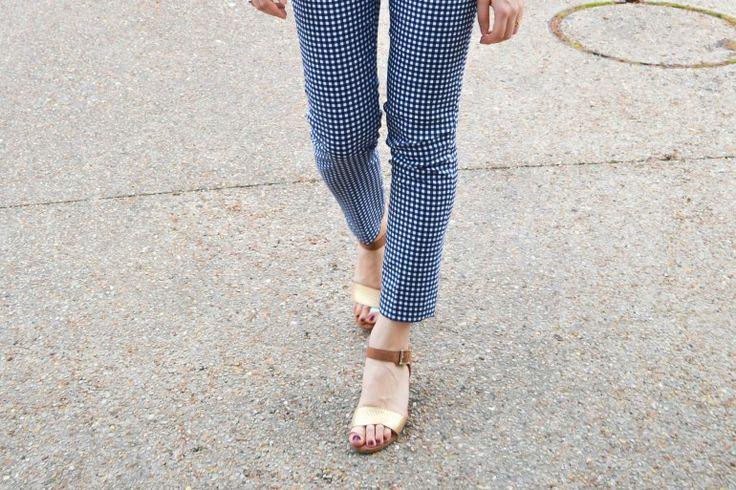 Un look printanier avec un pantalon imprimé Vichy à porter avec des sandales marron et dorés de chez Eram