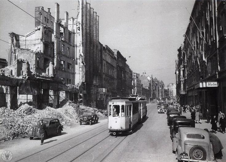 Ulica Piłsudskiego w pierwszych powojennych latach - widok na zachód. Po lewej ruiny dawnego kina Capitol, a po prawej obecny hotel Polonia. 1945 r.