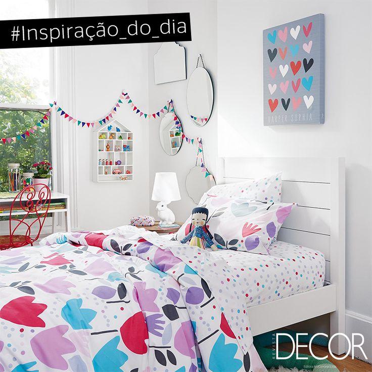 A predominância do branco destaca o uso de cores vivas no dormitório infantil. Lúdico, mas com toque sofisticado, o décor recebe peças icônicas, como a luminária de mesa em forma de coelho, que contrastam com elementos descontraídos, como a roupa de cama e o quadro.