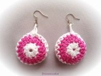 Gehaakte oorbellen combi roze/wit.  Crochet earrings combi rose/white.  www.droomcreaties.nl