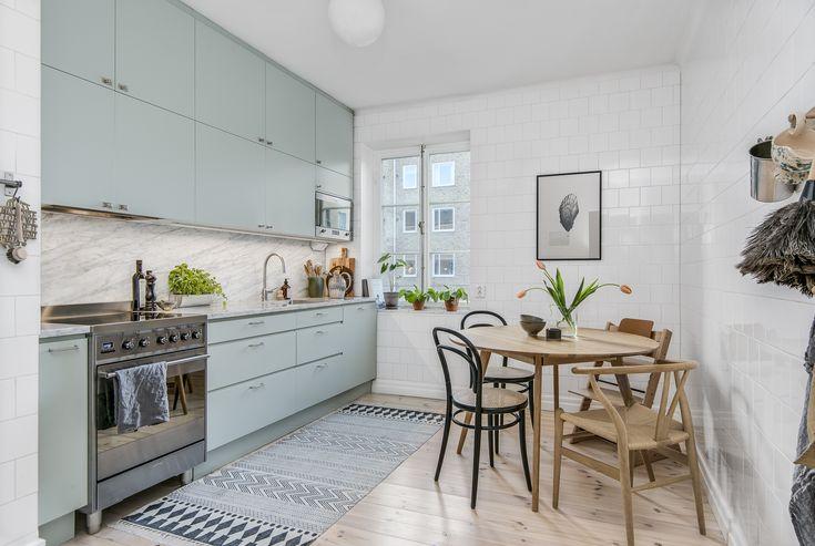 Stort modernt kök med plats för matsalsbord
