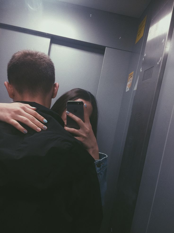 Фото пары лицо в зеркале на затылке
