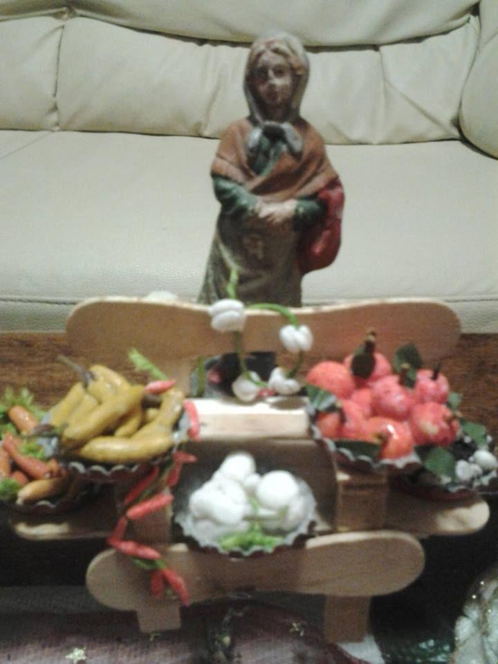 banchetto delle verdure ottenuto con stecche di gelato, contenitori da tappi a corona, frutta e verdura in pasta di mais