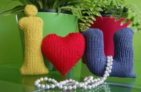 Idee per un regalo da innamorati? Ecco i cuoricini di lana all'uncinetto imbottiti : una vera delizia, semplice da realizzare con il fai da te.