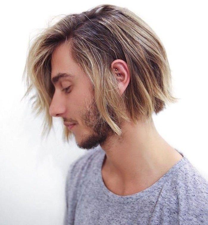 capelli-uomo-medio-lunghi-biondi-taglio-pari-sotto-orecchie-ciuffo-lato-barba-incolta