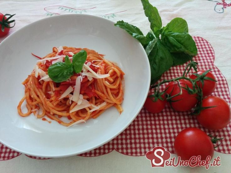 """In Campania la """"barzanella"""" non è niente altro che un sugo preparato con pomodori freschi ben maturi.Un piatto povero ma davvero buonissimo nella sua semplicità!   Spaghetti"""