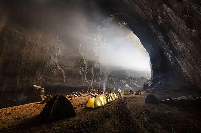 La cueva más grande del mundo en Vietnam Hang Son Doong o Hang Sơn Đoòng en vietnamita, es una gigantesca caverna con río subterráneo localizada en el Parque Nacional Phong Nha-Ke Bang, en la provincia vietnamita de Quang Binh, cerca de la frontera con Laos. Su cámara más grande consta de 5 kilómetros de largo, 200 metros de altura y 150 metros de anchura. Lo que la convierte en la cueva más grande del mundo.