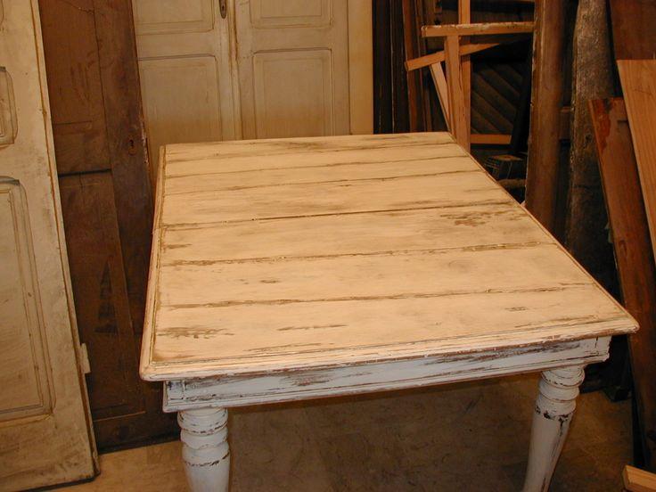 Un'antico tavolo molto rovinato che con modica spesa è stato trasformato e rinnovato in shabby chic realizzato solo con sostanze naturali.