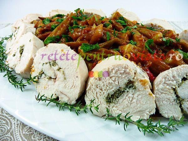 #Reteta de piept de pui cu bame: rulouri din piept de pui cu cimbru si maghiran pregatite la cuptor si servite cu mancare de bame.