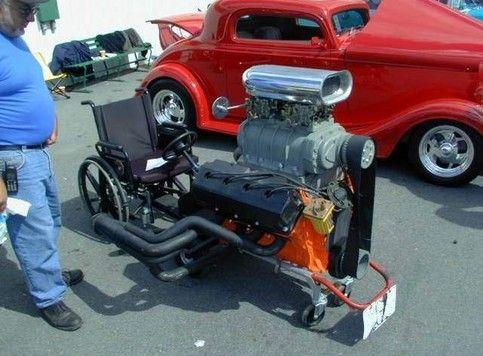 Ein Rollstuhl ist mit einem Motor zu einer Rennmaschine aufgerüstet.