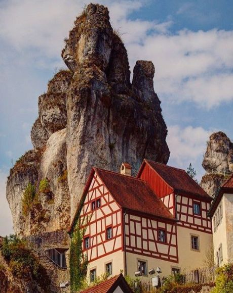 Du wolltest immer schon die Metéora-Klöster in Griechenland besuchen? Dann fang doch erstmal mit Felsendorf Tüchersfeld in der Fränkischen Schweiz an. Ist hoch genug.