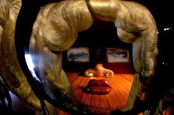 http://elpachinko.com/escapadas-por-espana/teatro-museo-dali-figueres/  Intentando comprender al genio en el Teatro-Museo Dalí de Figueres, os cuento mi reciente visita a uno de los lugares más apasionantes de la Costa Brava... donde nada es lo que parece