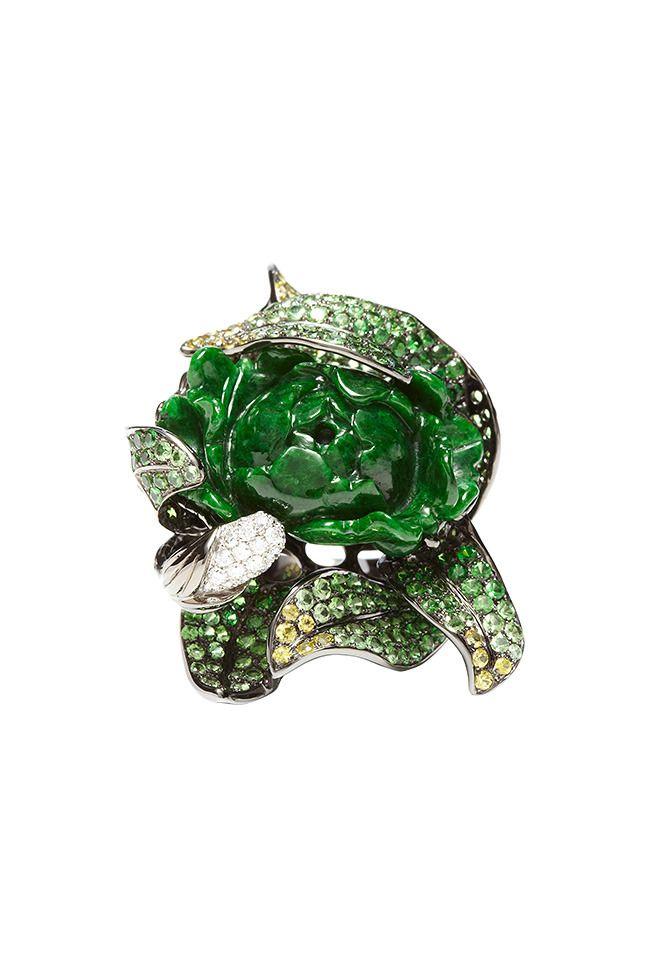 Кольцо из белого золота с нефритом, зелеными гранатами, бриллиантами и белыми сапфирами