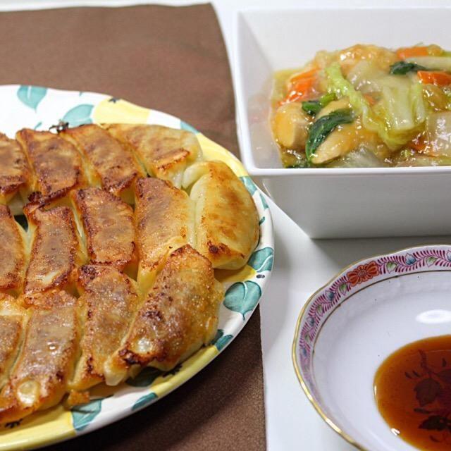 餃子が焼けてレイアウトを考えてたら、子供が帰って来て、お腹が空いた早よ餃子が食べたい。何時も居ないくせに。 後中華炒めを並べて撮っただけ。 - 112件のもぐもぐ - 焼き餃子と白菜と鶏胸肉の中華炒め by hiroshikimDeU