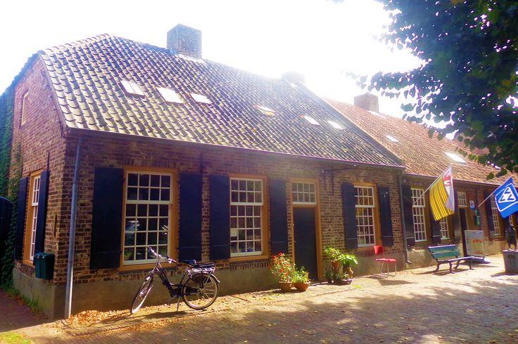 Het zachtgeel geverfde huis met de groene luiken is een voormalig notarishuis uit 1872.