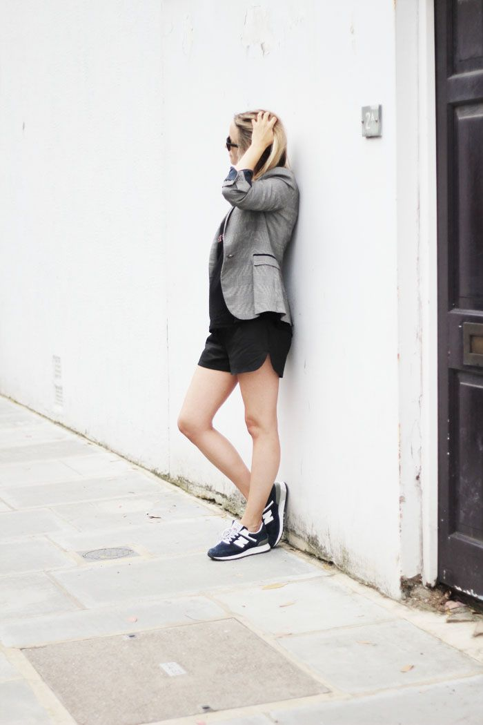 Jacket Zara, mesh sports top H, suede shorts Vero Moda Very, sneakers New Balance, and sunglasses Ray-Ban.