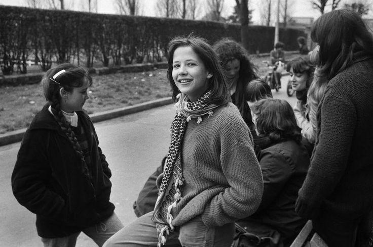 """1981 - La jeune Sophie Marceau 14 ans, vient d'éclater dans le film """"La Boum"""" de Claude Pinoteau. Elle pose avec ses copines de lycée devant le HLM ou elle a grandit avec ses parents et son frère."""